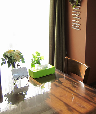 日の光の差す明るいマンションの1室です